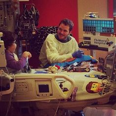 Cuando él visitó a 'Lego Kid' en el hospital:   Las 16 ocasiones en las que nos enamoramos de Chris Pratt este año