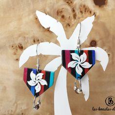 Boucles d'oreilles: petite fleur tropicale sur rayures