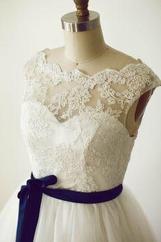 Vintage Type Lace Tulle Wedding Dress Knee Length von CredoAmor
