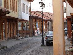 Typisch osmanische Architektur in der Altstadt von Gjakova // Streets in Đakovica ◆Kosovo – Wikipedia http://de.wikipedia.org/wiki/Kosovo #Kosovo