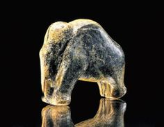 This tiny #mammoth survived the #IceAge. It is 35,000 years old & just 3.7 cm long. From Vogelherd Cave, Germany