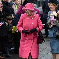 アザレピンク エリザベス女王のカラフルな衣装