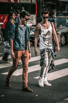 Dois looks diferentes de rapazes com calça skinny, regata e camisa.
