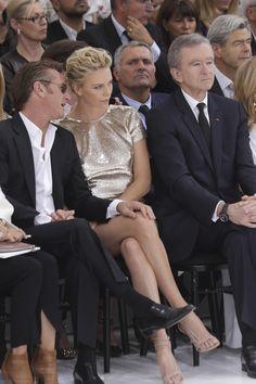 Sean Penn e Charlize Theron trocam carinhos durante semana de moda Namorados estavam na primeira fila do desfile de alta costura da grife Christian Dior, que aconteceu nesta segunda-feira, em Paris. (Foto: REUTERS)