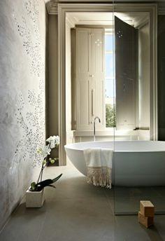 .I'm talking about that cool bathtub!