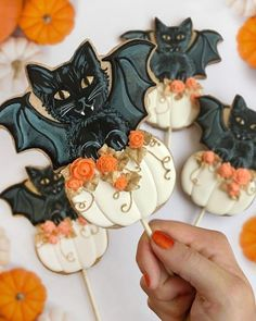 Giant bat and pumpkin cookie pops Halloween Desserts, Recetas Halloween, Happy Halloween, Disney Halloween, Halloween Cupcakes, Halloween Art, Vintage Halloween, Halloween Decorations, Cookie Pops