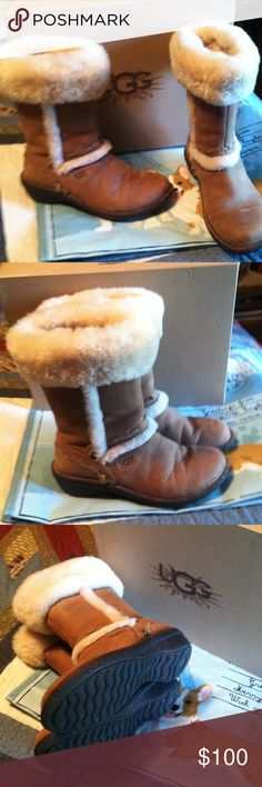 Ugg Boots Girls w/ box Elijo Toas Ugg Australia ....worn only a few times ! GREAT shape !!!!!!!! Girls USA sz 6.... Has BOX bought from Dillards ! UGG Shoes