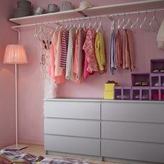 Ein begehbarer Kleiderschrank mit MALM Kommoden mit 3 Schubladen in Grau, MULIG…