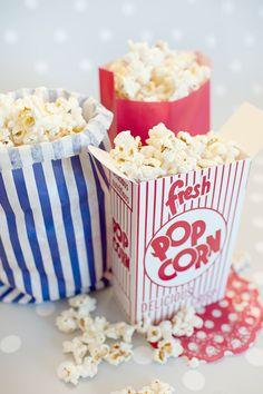 Decoración de fiestas. Bolsas de papel y cajita de cartón Popcorn. Blonda roja lunares blancos.