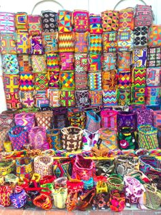 Colombian's bags Summer Beach Looks, Crochet Projects, Craft Projects, Bright Colors, Colours, Boho Chic Bedroom, Crocheted Bags, Fabric Beads, Basket Bag