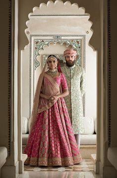 Sabyasachi Mukherjee has never failed to impress us with his stunning wedding attire collections. Look at the latest Sabyasachi lehenga designs to give a treat to your eye. Indian Bridal Outfits, Indian Bridal Fashion, Indian Designer Outfits, Indian Dresses, Indian Designers, Sabyasachi Lehenga Bridal, Indian Bridal Lehenga, Anarkali, Sabhyasachi Lehenga