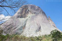 A Pedra Azul localizada em Domingos Martins ES, possui esse nome devido ao fato, de que dependendo da incidência de luz solar a pedra muda de coloração. Estima-se de que ela mude de cor 36 vezes por dia.minh