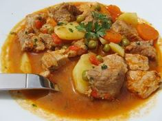 Estofado de cerdo con verduras, cocina tradicional.