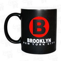 Brooklyn hat viel mehr zu bieten als die Aussicht auf die Skyline von Manhattan! Die Liste der Persönlichkeiten aus dieses New Yorker Stadtteils ist genauso beeindruckend wie endlos. Zeige deine Anerkennung mit unserer dunklen und fein mattierten Brooklyn New York Tasse. Mit einem Fassungsvermögen von 300ml ist sie für den heißgeliebten Kaffee oder Tee die perfekte Tasse und in jeder Küche bestens aufgehoben und immer ein Blickfang.