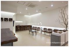 유희승한의원 예산 유희승 한의원 인테리어. *기획디자인_(주)엠디스페이스/김보경 과장 /02)3445-2837, *... Shop Counter, Healthcare Design, Cafe Shop, Space, Interior, Table, Inspiration, Furniture, Cape Town