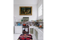 Boho Kitchen Decor With Colorful Fluffy Rug A colorful fluffy rug, a mosaic tile backsplash and some curtains give this kitchen a cool boho feel. Kitchen Interior, Interior And Exterior, Küchen Design, House Design, Design Ideas, Kitchen Dining, Kitchen Decor, Mint Kitchen, Kitchen Ideas