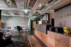 Bares e Restaurantes em Hostels ao Redor do Mundo - #BlogDecostore - Cadeiras de Acrílico - Cadeiras Clássicas - Luís XVII - Balcão de Madeira - Decoração de Bar - Bares Decorados