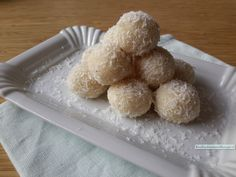 Kokosbonbons mit Zitrone – Janine ter Berg – Join in the world of pin Candy Recipes, Raw Food Recipes, Snack Recipes, Healthy Recipes, Good Food, Yummy Food, Tasty, Macarons, Sugar Free Baking