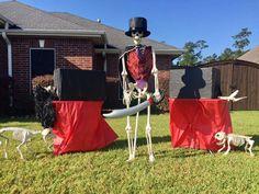 Creative Halloween display lets Lumberton residents keep up with the Bones - Houston Chronicle Pool Noodle Halloween, Halloween Zoo, Halloween Facts, Halloween Skeletons, Halloween Stuff, Halloween Ideas, Paper Halloween, Halloween Porch, Halloween Halloween