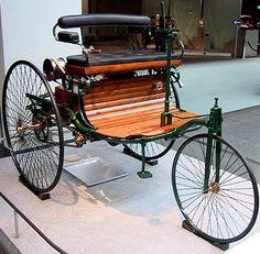 Première automobile à 3 roues à moteur à explosion de Carl Benz, la Benz Patent Motorwagen, le 29 janvier 1886, Carl Benz dépose une demande de brevet pour son véhicule à moteur à gaz. Cylindrée, 954 cm3 – Puissance, 0.75ch à 400 tr/min - Vitesse 16 Km/H.
