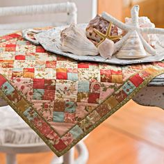 Choose your favorite pack of charm squares or precut squares to make quilts, pillows, and table toppers with charming appeal. Table Runner And Placemats, Quilted Table Runners, Small Quilts, Mini Quilts, All People Quilt, Mini Quilt Patterns, Quilting Patterns, Craft Patterns, Placemat