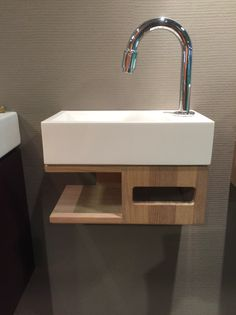 Sink and towelholder in one! Small Toilet Room, Guest Toilet, Downstairs Toilet, Toilet Tiles, Toilet Sink, Small Bathroom Sinks, Modern Bathroom, Wooden Table Diy, Washbasin Design