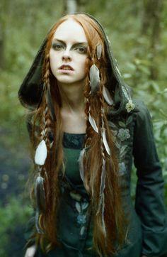 eine Hexe im Wald mit Feder in den Haaren rote Haare, grünes Kleid Frisuren Mittelalter