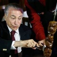 Ida de Temer à churrascaria em Brasília rende memes com papelão
