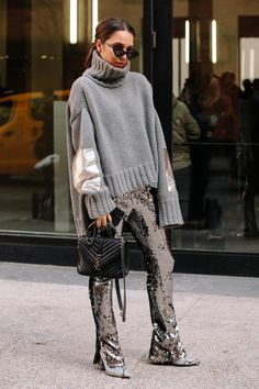 The best street style looks from the New York Fashion Week i .- Die besten Streetstyle-Looks aus der New York Fashion Week im Herbst 2018 – Fashionista The Best Street Style Looks from New York Fashion Week Fall 2018 – Fashionista … - Street Style Outfits, Street Style 2018, New York Fashion Week Street Style, Street Style Trends, Autumn Street Style, Cool Street Fashion, Look Fashion, Korean Fashion, Autumn Fashion