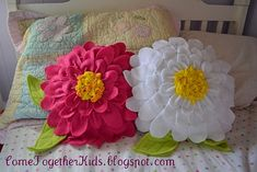 I discovered this fleece flower pillow tutorial some time ago from Come Together Kids . I just LOVED it! I thought it was perfect for bo. Felt Crafts, Fabric Crafts, Sewing Crafts, Diy Crafts, Sewing Pillows, Diy Pillows, Homemade Pillows, Throw Pillows, Couch Cushions