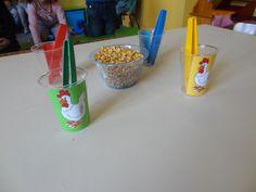 Spel fijne motoriek: voor het eerst het bekertje (tot aan het streepje ) van je kip vol met maïs - dobbelsteen