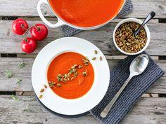 » TOMATSUPPE MED RISTEDE GRESSKARKJERNER Frisk, Thai Red Curry, Cravings, Snacks, Healthy, Ethnic Recipes, Food, Dinner Ideas, Soups