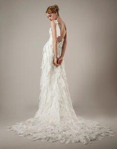 Vestido de novia con cauda, retazos de tela y escote profundo en la espalda - Foto Elizabeth Fillmore