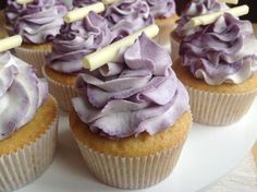 Vanilkové cupcakes s borůvkami Cheesecake Brownies, Vanilla Cupcakes, Mini Cakes, Baked Goods, Food And Drink, Sweets, Baking, Desserts, Recipes