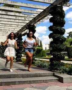 Ines y Agustina sobrevolando los jardines de Cecilio Rodríguez - #parquedelretiro #elretiro #madrid #verano #salto @batistamines