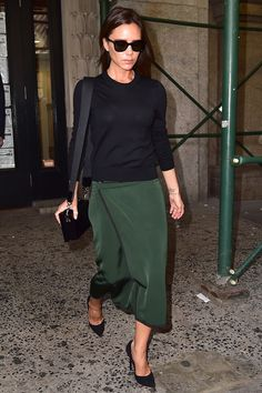 Celebrity Street Style Picture Description Victoria Beckham struts in a hunter green skirt and Cool Street Fashion, Work Fashion, Star Fashion, Fashion Looks, Tokyo Fashion, Victoria Beckham Outfits, Victoria Beckham Style, Victoria Beckham Fashion, Victoria Style