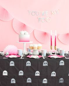 Call your Ghoul-friends and make this cute ghost DIY tablecloth together! This is super simple to create and will make a big impact at your next Halloween party. All you need is a potato stamp, paint, Happy Halloween, Halloween Mono, Halloween Birthday, Halloween Party Decor, Holidays Halloween, Halloween Kids, Diy Party, Halloween Crafts, Party Ideas