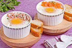 Le uova in cocotte con salmone affumicato sono sfiziose e velocissime da preparare, ideali per il brunch o per un pranzo leggero.