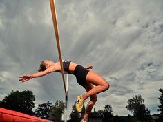 Vor einigen Tagen habe ich mich mit Estelle Heller für ein Fotoshooting getroffen, das die Leichtathletik im Fokus hatte. Genau gesagt erstellten wir Weit- und Hochsprungfotos auf der Munotsportanlage. Dabei ging es mir darum, zu testen, wie der Autofokus der GFX 100 mit (wechselnden) Geschwindigkeiten zurecht kommt. Schwieriger Hochsprung Estelle und ich begannen mit dem Hochsprung. Als Blitz setzte ich meinen Move ein und fotografierte im HSS-Modus. Blitz, Running, Sports, Long Jump, Track And Field, Portrait Photography, Photoshoot, Racing, Hs Sports