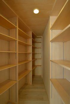 パントリー: 株式会社ブレッツァ・アーキテクツが手掛けたキッチンです。 Entrance, Bookcase, Shelves, Architecture, Room, Kitchen Ideas, Japan, Home Decor, Closet