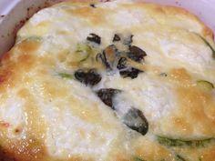 Abobrinha ao Forno Com Queijo de Cabra: Vai precisar de.. 3 ovos 2 Abobrinhas italianas 150 ml de creme de leite fresco 2 cebolas medias 150g de queijo de cabra 1 raminho de manjericão 2 colheres de sopa de azeite de oliva 1 colher de cafezinho de sal,1 pitada de pimenta moída…