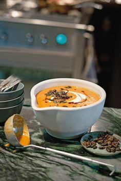 Tolle Vorspeise für ein leckeres Herbst-Essen: Scharfe Kürbis-Curry-Suppe. Mit diesem Rezept gelingt es ganz einfach. http://www.fuersie.de/kochen/rezeptideen/artikel/kuerbis-curry-suppe