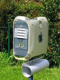 Boite aux lettres créée avec une unité centrale d'ordinateur : belle idée de recyclage !