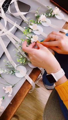 Wrist Corsage Wedding, Bridesmaid Corsage, Diy Wedding Bouquet, Flower Crown Wedding, Diy Wedding Flowers, Diy Flowers, Floral Wedding, Paper Flowers, Green Bridesmaids