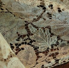 Brussels pieced bobbinlace with bride ground probably around the 1720's decade (detail)