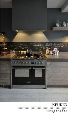 Nice kitchen met krijtverf voor de boodschappen, blijft leuk ! Door BettyBoop