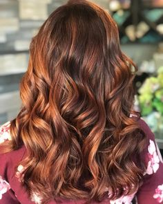 natural medium brown hair with light copper highlights Red Hair light brown hair with red highlights Brown Auburn Hair, Light Auburn Hair, Chocolate Brown Hair, Hair Color Auburn, Brown Blonde Hair, Light Brown Hair, Light Hair, Brown Hair Colors, Brown Hair Dyed Red