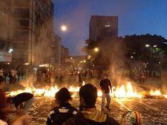 RT @JnsLvdo: Altamira, 6:40pm #GuarimbasHastaQueSeVayaNicolás #ResistenciaVzla pic.twitter.com/NFzEhtr6xi