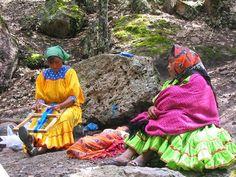 """Las mujeres tarahumaras usan un """"collaré"""" o diadema con adornos de cuentas de papelillo o paliacate para la cabeza y un ceñidor de lana, amplias camisas cortas con manga de vuelo y una o varias faldas muy plegadas, dependiendo del clima. El símbolo de los tarahumaras es una banda amarrada en la cabeza: """"collaré"""". Este es de lujo, especial para la danza del """"Yumaré"""", parte de un rito ceremonial y religioso."""
