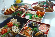 「おせち料理」は、漢字では「御節料理」(おせちりょうり)と書き、もともとは季節の変わり目の節句(節供)に神様にお供えした料理でした。やがて正月が一番重要な節句であり、節句の1番目であることから、現在では「おせち料理」といえば正月料理をさすようになったといわれています。年神様へお供えするとともに、家族の幸せを願う縁起もののおせち料理。五穀豊穣、子孫繁栄、家族の安全と健康などの祈りを込めて山海の幸を盛り込みます。